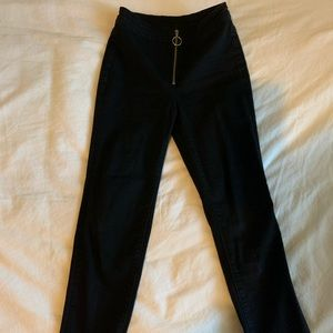 Black Ankle Length Skinny Jean w Front Zipper.